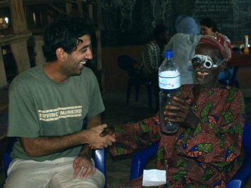 Wjahat Waraich mit einem Patienten